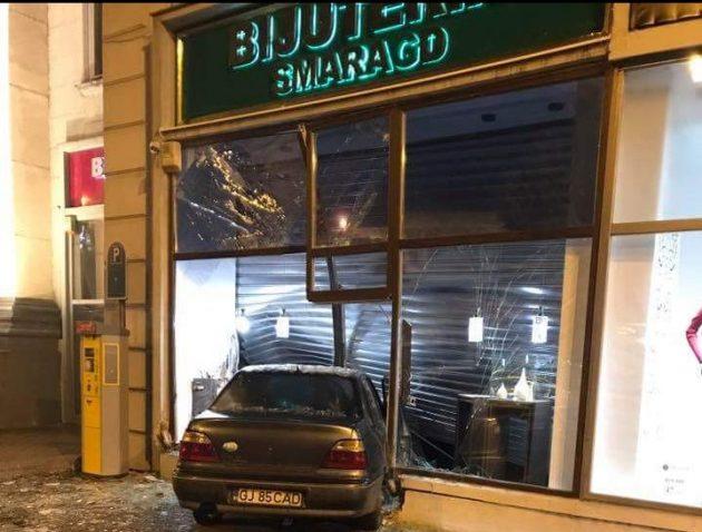 Un şofer a intrat cu mașina într-o bijuterie din centrul Aradului