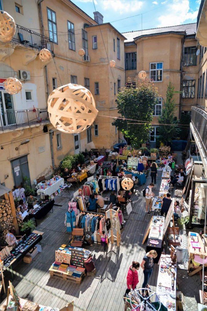 Vrei să cumperi lucruri deosebite? Vino la Artisans' Bazaar!