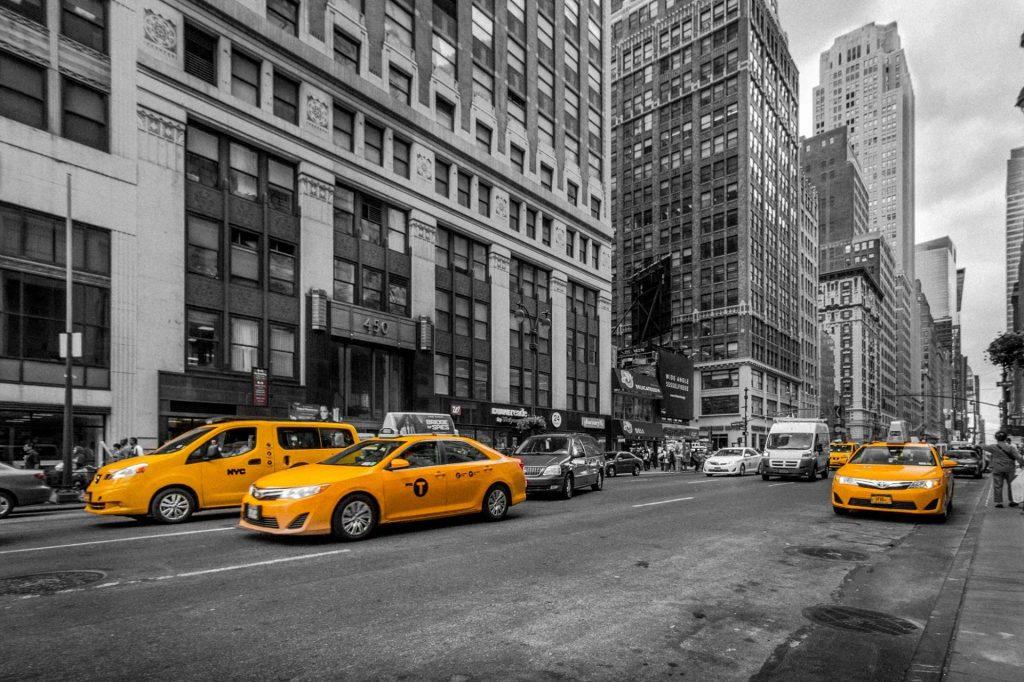 """Taximetriștii lugojeni, """"prostiți"""" de primărie! După ce le-a cerut mașini albe în 2016, Boldea le vrea galbene"""