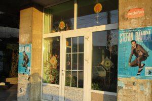 Organizator de concerte din București, amendat deoarece a lipit afișe în locuri neautorizate