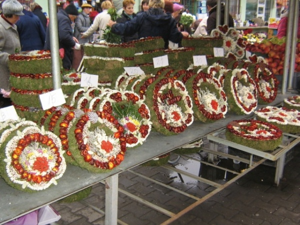 Comercianţii de flori şi coroniţe pentru Ziua Morţilor pot depune cereri de vânzare la Primărie