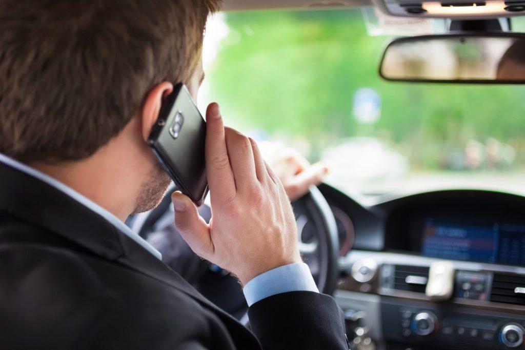 Fără mobil când conduceți! Ce amenzi li se pregătesc şoferilor care încalcă regula
