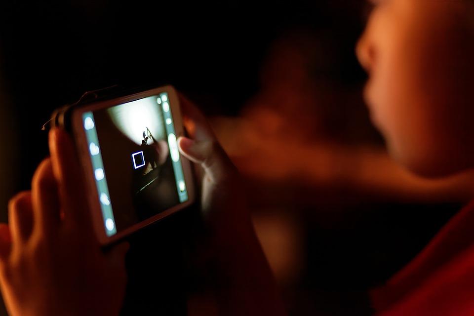 Bărbat reţinut de poliţie la câteva luni după ce i-a făcut avansuri pe internet unei fete de 10 ani