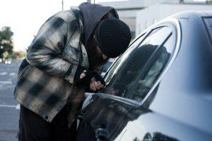 Nu vă lăsaţi portofelele în maşină! Ce a păţit un timişorean