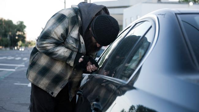 O maşină şi o autoutilitară, furate de sub ochii proprietarilor. Ce sfaturi au poliţiştii