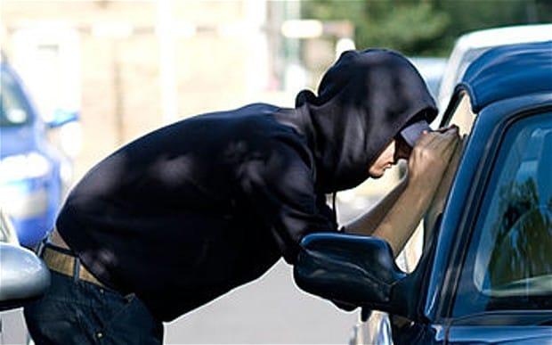 Nu lăsaţi bunuri de valoare în maşină! Cum era să rămână un şofer fără două laptopuri