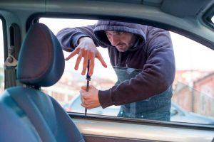 Nu lăsaţi bunuri de valoare în maşini! Doi timişoreni au rămas fără smartphone şi tabletă