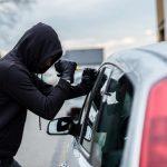 Hoţ prins la două săptămâni după ce a spart geamul unei maşini ca să fure o borsetă