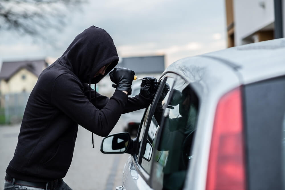 Patru hoți, care au furat din mașini și dintr-o școală, reținuți de polițiștii timișoreni