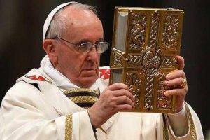 Papa Francisc le-a cerut credincioșilor să nu mai facă poze în timpul slujbelor
