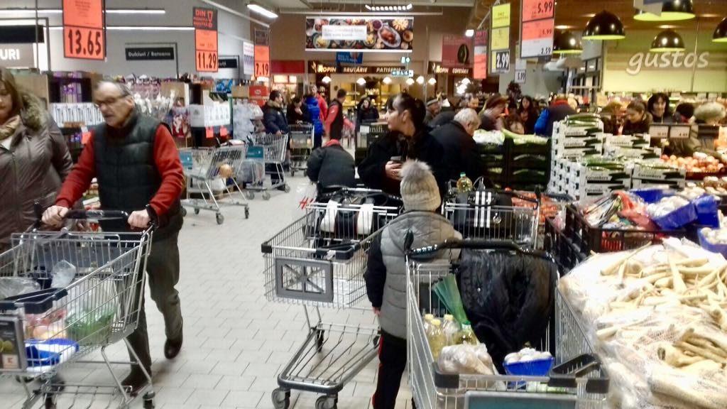 Cât de mult cheltuie românii de Sărbători. Mulţi fac credite pentru cadouri şi mese festive