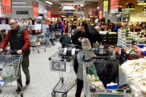 Agitație mare în magazine. Cât ne costă masa festivă de Crăciun