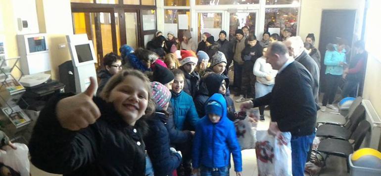 Moș Crăciun a venit mai repede la copiii reșițeni de la Centrele de Zi Maria și ABC