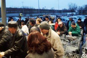 Coadă la carne, ca în comunism, la un supermarket din Lugoj