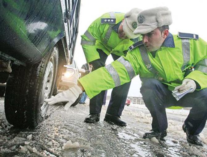 Poliţia Română recomandă echiparea autovehiculelor cu anvelope de iarnă. Ce amenzi riscă șoferii