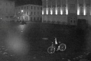 Păcală de Botoșani cu bicicleta în spate, prins și amendat pentru că tocmai o furase!