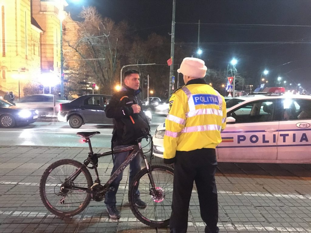 Bicicliştii au primit de la Rutieră lumini și veste reflectorizante în loc de procese verbale