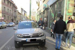 Şoferi amendaţi cu sutele pentru că au parcat pe pistele bicicliştilor