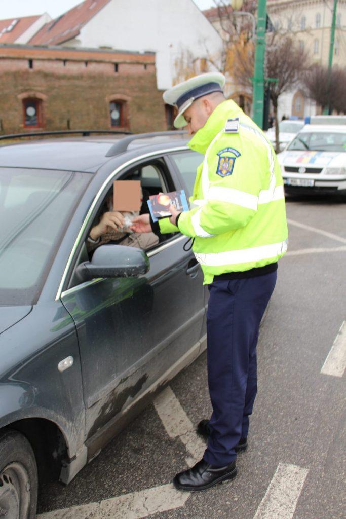 Sute de şoferi şi pietoni amendaţi de Poliţia Rutieră