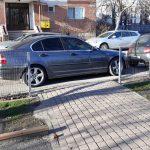 Foto: Și-a parcat BMW-ul, cu nesimțire, fix la poarta de intrare în părculețul pentru copii