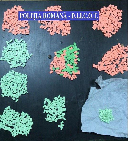 Reţea de traficanţi de droguri, destructurată de poliţişti