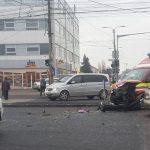Ambulanţă în misiune, izbită în plin de un autoturism