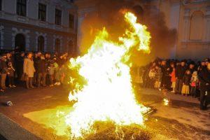 Sârbii din Timişoara aprind badnjak-ul sâmbătă seara. Mâine e Crăciunul pe rit vechi