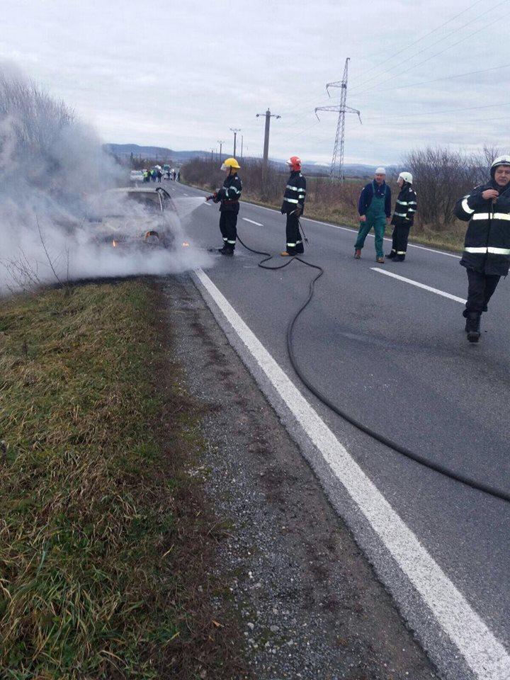 Incendiu pe un drum din Caraş. O maşină a ars în întregime