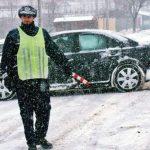 Ce sfaturi au poliţiştii pentru șoferii care conduc pe zăpadă