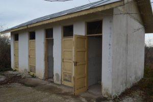 Încă mai sunt școli care își întâmpină elevii cu WC în curte