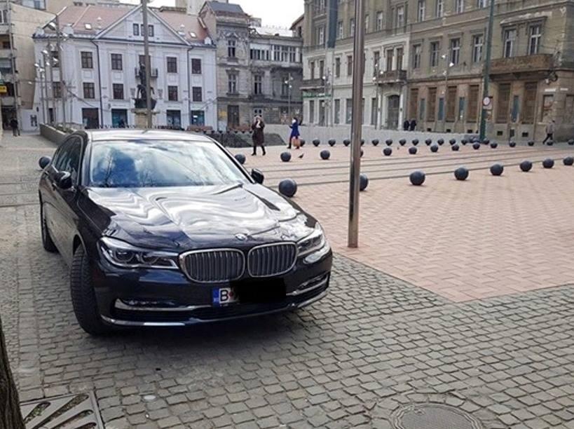Și-a parcat BMW-ul în Piața Sf. Gheorghe, a fost fotografiat și pus pe Facebook. Acum e ars la buzunare!