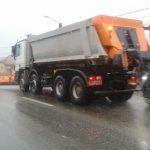 Peste 620 de tone de material antiderapant răspândit pe drumurile din vestul țării