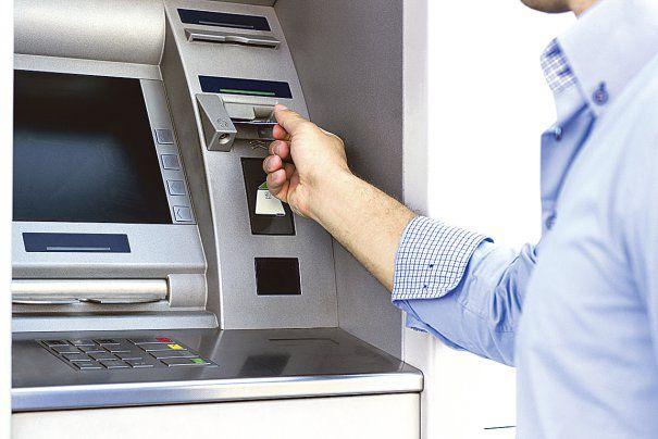 Hoţ prins de poliţişti după ce a furat bani de câteva ori din acelaşi bancomat