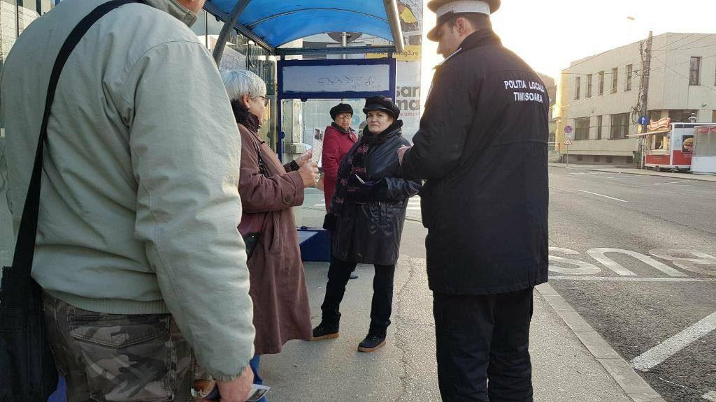 Polițiștii locali din Timișoara împart pliante în mijloacele de transport în comun. Află ce mesaje transmit!