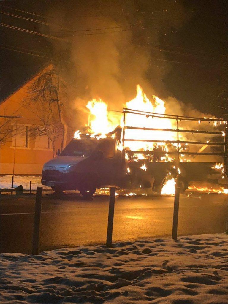 Autoutilitară incendiată  la Arad