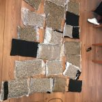 Cincisprezece kilograme de cannabis, cocaină și 60.000 lei, confiscate în urma perchezițiilor