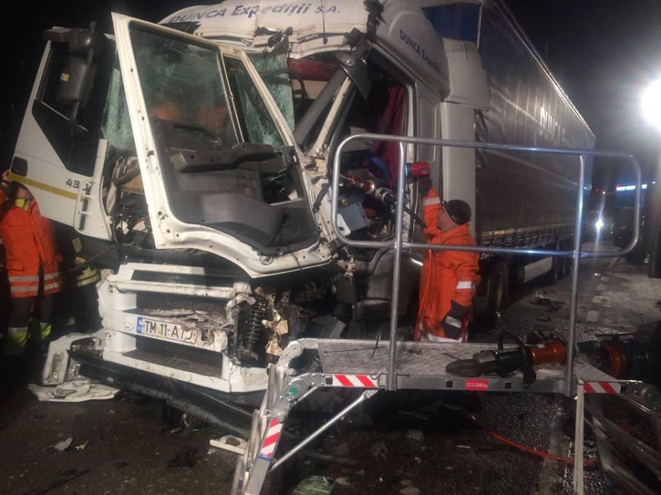 Foto. Accident la Recaş: un autotren şi un utilaj de deszăpezire s-au ciocnit