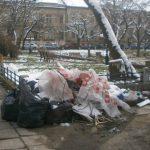 """Gunoaie de oameni! Au """"scăpat"""" de deșeuri pe domeniul public, dar au fost prinși!"""