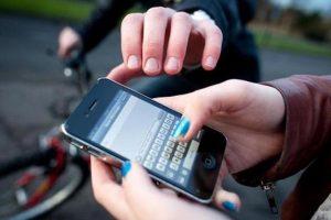 O femeie a fost împinsă, lovită cu pumnul şi i s-a furat telefonul