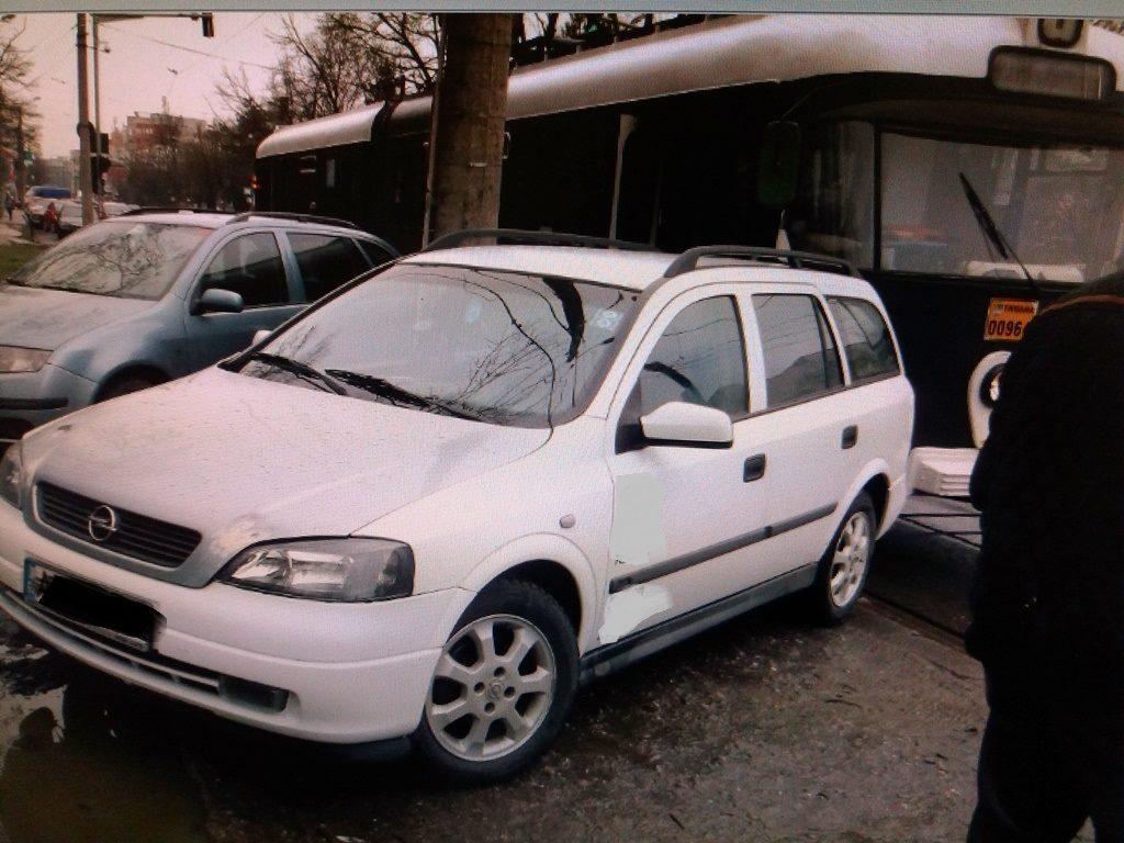 A parcat ca un nesimțit și a blocat tramvaiul, la Timișoara. Pedeapsa: a rămas fără mașină!