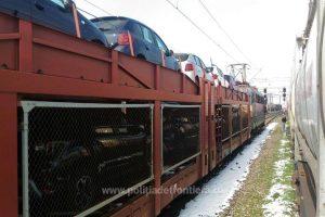 Două persoane ascunse într-un autoturism încărcat pe platforma unui tren de marfă internaţional