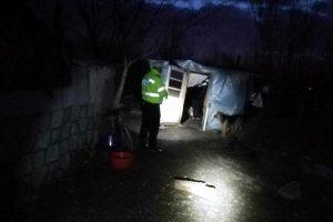 """Două adăposturi ale oamenilor străzii, """"călcate"""" de Poliţia Locală"""