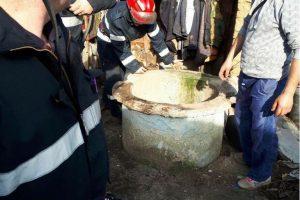 Intervenție dificilă a pompierilor, după ce un câine a căzut într-o fântână