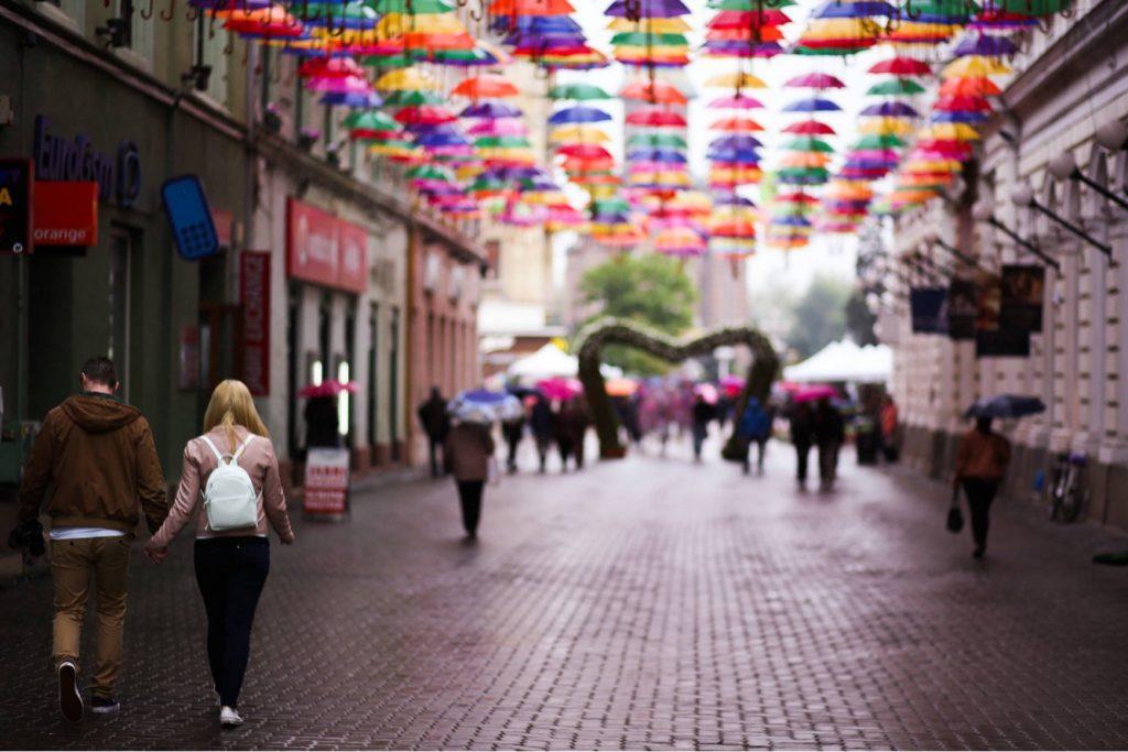 Umbrelele colorate vor anima din nou strada Alba Iulia