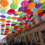 """Foto: Pregătiți de selfie-uri colorate? Umbreluțele """"răsar"""" din nou pe strada Alba Iulia din Timișoara"""