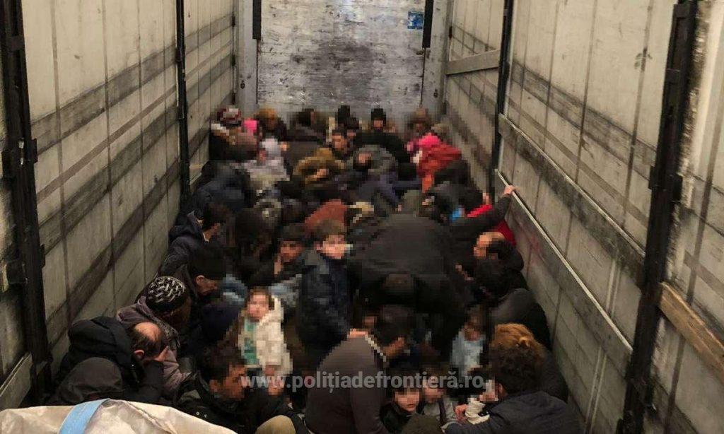Descoperire la frontieră! 79 de persoane, ascunse în interiorul unui automarfar