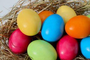 Vopselele din comerț sunt pline de aditivi cancerigeni. Iată cum puteți vopsi ouăle de Paște doar cu ingrediente naturale