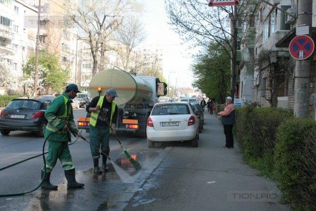 Pe o stradă se goleau coșurile de gunoi, pe alta se măturau trotuarele. Fritz schimbă modul în care se face curățenie în oraș