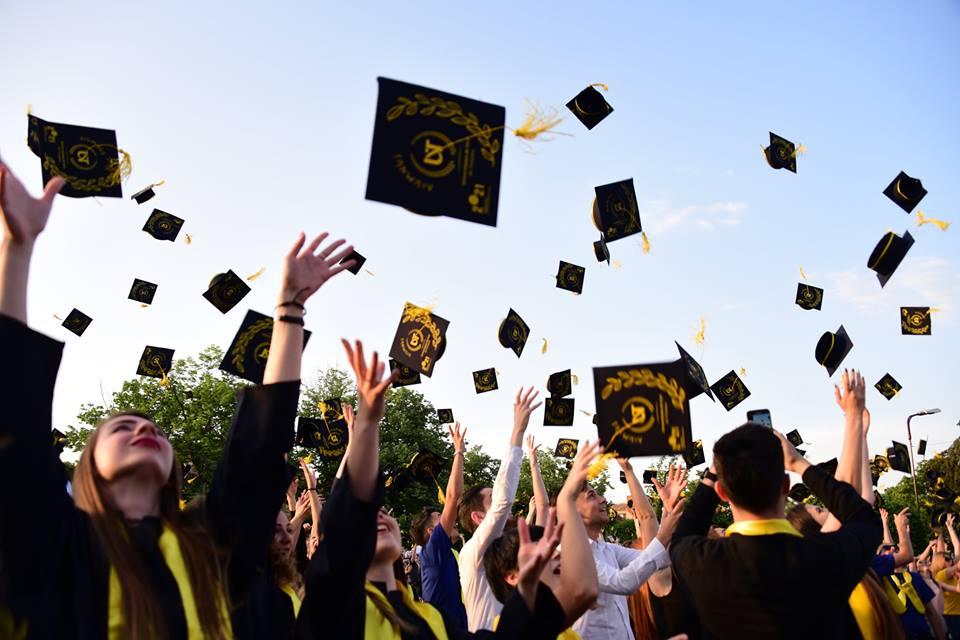 Foto. Ceremonie de absolvire specială pentru studenții UVT, în Parcul Rozelor