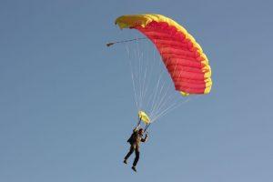 Un parapantist a supravieţuit după ce a căzut de la 10 metri în apropiere de Haţeg
